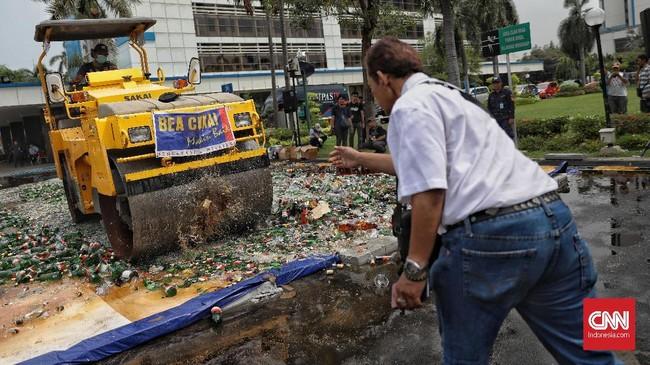 Dirjen Bea dan Cukai Heru Pambudi menyatakan pada pemusnahan terdapat barang bukti yang telah memperoleh putusan pengadilan berkekuatan hukum tetap yakni sebanyak 6.144 botol minuman keras. (CNN Indonesia/Bisma Septalisma)
