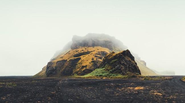 Pemandangan pantai berpasir hitam di Planet Lah'mu dalam 'Rogue One' mengambil lokasi syuting di Pulau Mýrdalssandur, Islandia. (Istockphoto/borchee)