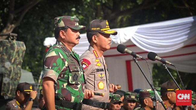 Panglima TNI dan Kapolri Pantau Malam Tahun Baru via CCTV
