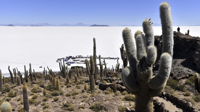 Salar de Uyuni di Bolivia ialah daratan garam terbesar di dunia. Tempat ini dikisahkan sebagai Planet Crait, yang merupakan lokasi pertempuran antara Resistance dan First Order dalam 'The Last Jedi'. (Aizar RALDES / AFP)