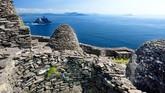 Pulau Skellig Michael di Irlandia menjadi rumah Luke Skywalker yang bernama Planet Ahch-To. Di puncak pulau adalah biara abad ke-enam dengan 618 anak tangga dari batu. (Istockphoto/MNStudio)