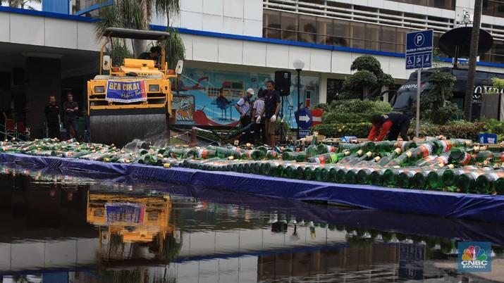 Pemusnahan barang bukti rokok dan minuman keras di Kantor Wilayah Bea Cukai Jakarta, Kamis (19/12/2019).