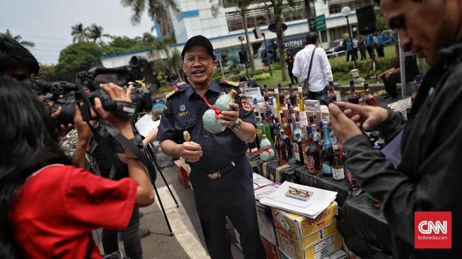 Dirjen Bea dan Cukai Heru Pambudi mengatakan kerugian negara akibat masuknya barang-barang ilegal itu ditaksir lebih dari Rp5,5 miliar.(CNN Indonesia/Bisma Septalisma)