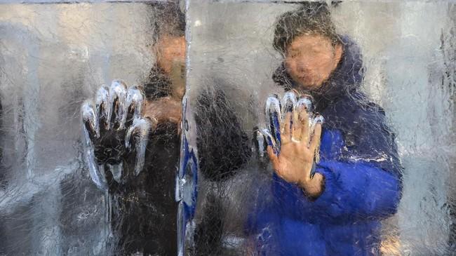 Tangan seorang pria terlihat di labirin es di Washington, Amerika Serikat. Ini merupakan labirin es terbesar di AS. (AFP/Andrew Caballero-Reynolds)