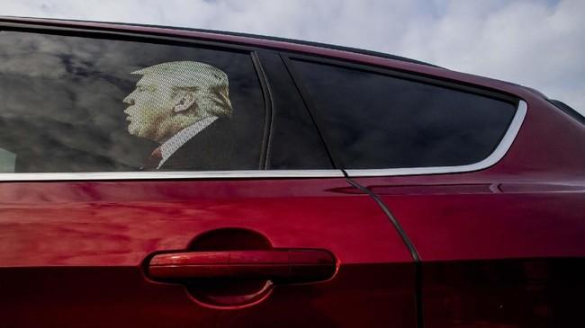 Stiker Presiden AS Donald Trump di kaca jendela mobil seorang pendukungnya, saat pemakzulannya sedang diproses. (Jake May/The Flint Journal via AP)
