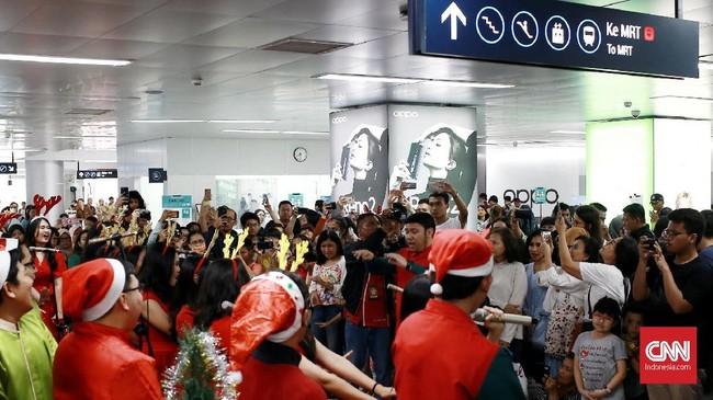 Jelang perayaan Natal 2019, sejumlah komunitas dan kelompok paduan suara mahasiswa bersama-sama membawakan alunan musik bernuansa Natal di Jakarta. (CNN Indonesia/Andry Novelino)
