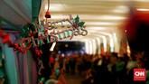 """""""Ini [Christmas in Jakarta] bagian dari kita mendorong agar perasaan kesetaraan, kebersamaan, dan kebersatuan terbangun di Jakarta,"""" ujar Gubernur DKI Jakarta, Anies Baswedan, saat mengunjungi Chrismas Carol di Bundaran HI, Jakarta, Kamis (19/12). (CNN Indonesia/Andry Novelino)"""