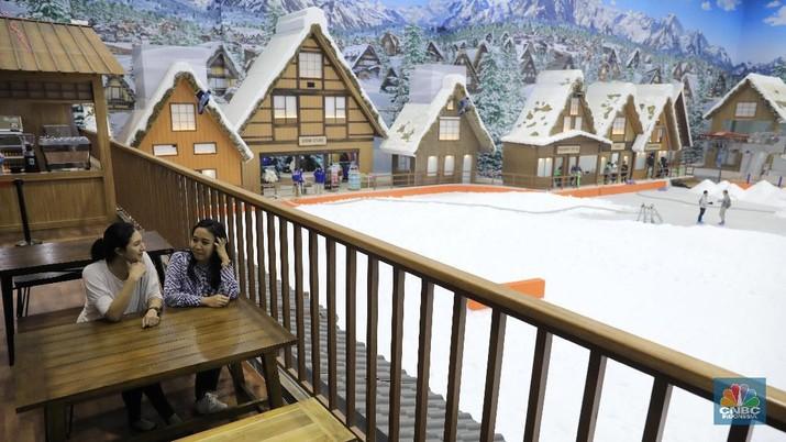 Taman rekreasi salju indoor yang luasnya mencapai 6.000 meter persegi ini merupakan yang terbesar di Indonesia.