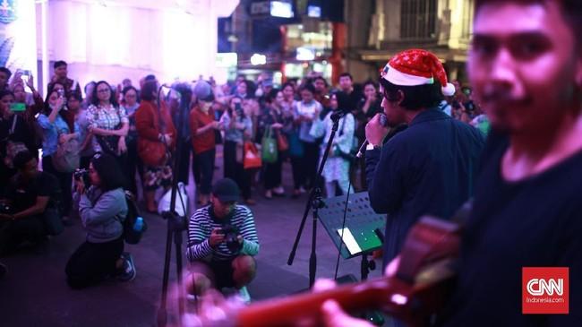 Pohon Natal setinggi kurang lebih 10 meter ini dibuat dari bahan daur ulang di antaranya botol dan kain perca. (CNN Indonesia/Andry Novelino)