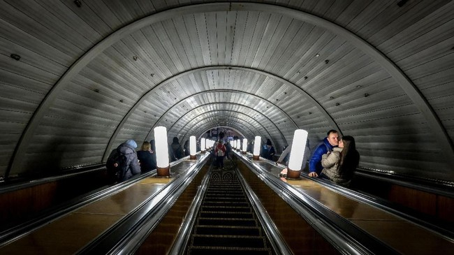 Sepasang kekasih berdiri di eskalator stasiun Sukharevskaya, Moskow. (AFP/Yuri Kadobnov)