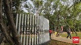 Warga mengunjungi area Ruang Terbuka Hijau (RTH) Utan Kemayoran di kawasan Kemayoran, Jakarta, Sabtu (21/12). RTH Utan Kemayoran seluas 22,3 hektare tersebut sebagai sarana rekreasi, edukasi, dan konservasi dengan mengusung konsep