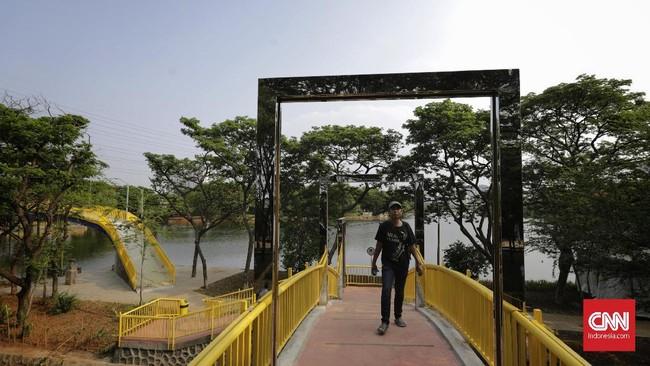 Dalam RTH Utan Kemayoran terdapat beberapa jenis flora dan fauna serta fasilitas untuk menunjang wisata alam. Namun tak ada biaya yang dipungut kepada pengunjung yang mendatangi RTH Utan Kemayoran.