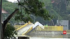VIDEO: Baru Diresmikan Sehari, Jembatan Utan Kemayoran Ambruk
