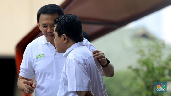 Komisaris Utama Pertamina Basuki Tjahja Purnama, Ahok berbincang dengan Menteri BUMN Erick Thohir di acara Peresmian Implementasi Program Biodiesel 30% (B30) di SPBU MT Haryono.  (CNBC Indonesia/Andrean Kristianto)