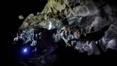Pengunjung memasuki gua di Lhoong, Aceh. Gua itu diyakini berusia sekitar 7.400 tahun dan menyimpan deposit tsunami sebelumnya.(AFP/Chaideer Mahyuddin)