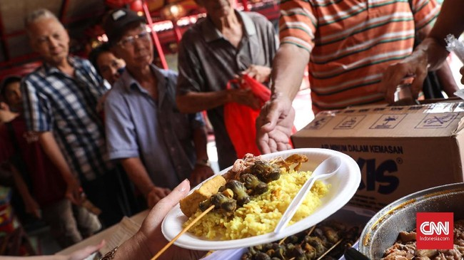 Salah satu menu yang dihidangkan di Podjok halal yakni nasi kuning dengan sayur nangka dan lauk hati/ampela dan tahu. CNNIndonesia/Safir Makki