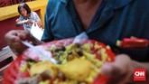 Gerakan nasi kuning di warung Podjok Halal ini mengajak pihak swasta untuk melakukan hal yamg sama sebagai bentuk mengurangi beban kaum tak mampu. CNNIndonesia/Safir Makki