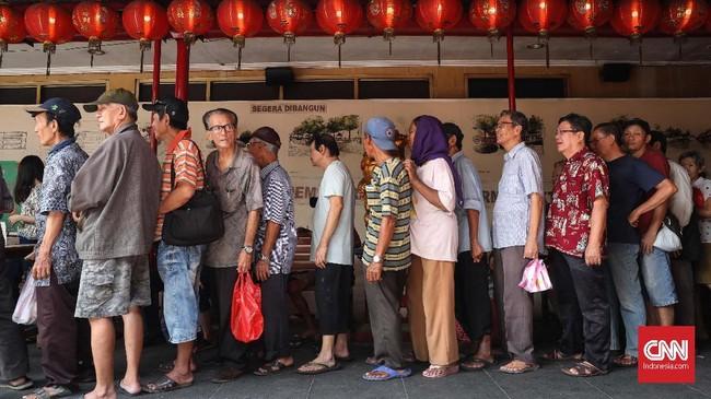 Warung Podjok Halal ini sangat diminati. Tampakantrean warga untuk membeli makan siang seharga Rp3 ribu yang dibuka setiap senin sampai jumat mulai pukul 11.30-13.00 siang dengan menu yang berganti tiap harinya. CNNIndonesia/Safir Makki