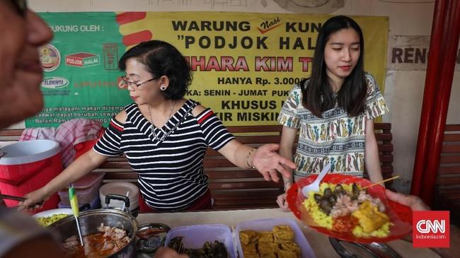 Para relawan bergantian melayani dan menjaga warung Podjok Halal yang selalu ludes tak sampai 1 jam. (CNNIndonesia/Safir Makki)