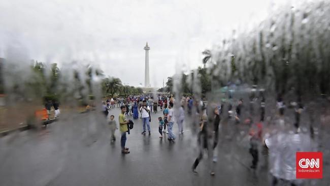 Pengunjung juga bisa mengakses layanan Bus Transjakarta secara gratis di area Monas. (CNN Indonesia/Adhi Wicaksono)