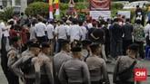 Aparat kepolisian menjaga ketat aksi perayaan Natal 2019 di seberang Istana Negara, Jakarta. (CNN Indonesia/Adhi Wicaksono)