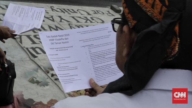 Misa di seberang Istana Kepresidenan merupakan cara jemaat dari Bekasi dan Bogor mendesak pemerintah daerah masing-masing yang menolak melepas segel di rumah ibadah mereka.(CNN Indonesia/Adhi Wicaksono)