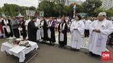 Natal kali ini adalah tahun kedelapan mereka melakukan ibadah di seberang Istana sebagai protes karena dipersulit membangun rumah ibadah.(CNN Indonesia/Adhi Wicaksono)