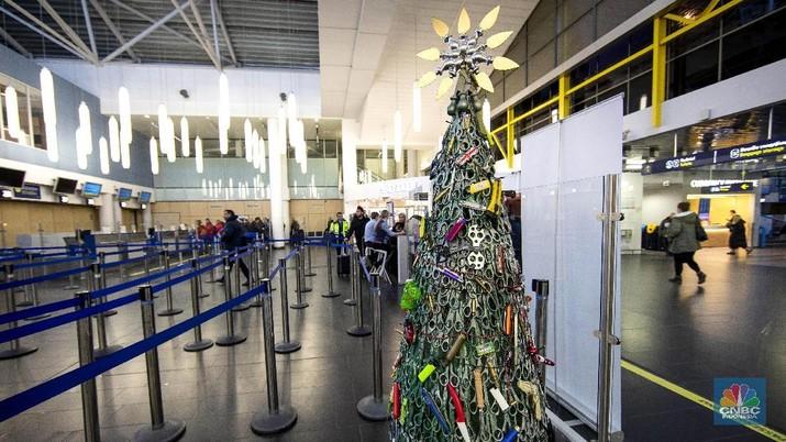 Pohon Natal itu terlihat disusun dari berbagai barang sitaan yang berhasil diamankan dari pos pemeriksaan di Bandara Vilnius, Lithuania.