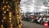 Pantauan CNNIndonesia.com, jemaat terlihat memenuhi area dalam dan luar Gereja. Di bagian halaman, jemaat tampak duduk rapi di kursi-kursi yang telah disediakan. (CNN Indonesia/Andry Novelino)