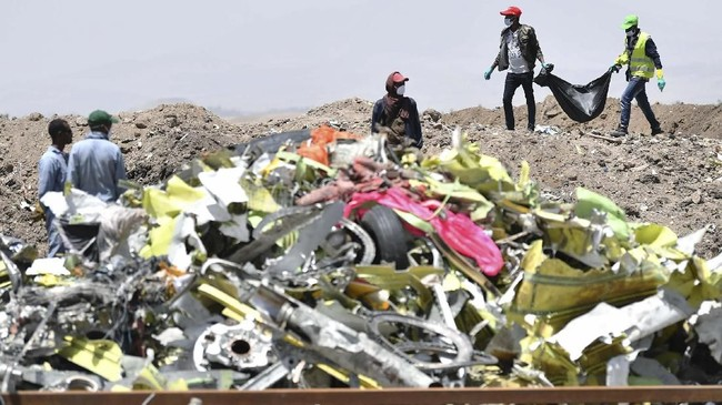 Reruntuhan pesawat Boeing 737 MAX milik Ethiopian Airlinesyang jatuh diDesa Hama Quntushele, Oromia,Ethiopia,pada 13 Maret 2019. (Photo by TONY KARUMBA / AFP)