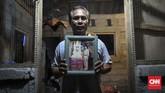 I Wayan Sudianamencoba menghilangkan nestapa kehilangan istri, Widayati, akibat Bom Bali I, 12 Oktober 2002, demi dua anaknya. Ia pun turut merintis wadah bagi para korban dan keluarga korban teror di Bali, Isana Dewata. (CNN Indonesia/Ryan Hadi Suhendra)