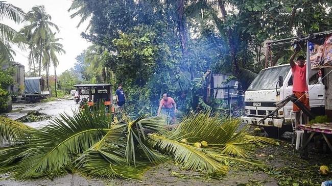 Kendati kecepatan angin mulai melemah, namun topan Phanfone tercatat memicu kerusakan seperti halnya topan Haiyan yang terjadi pada 2013. Kala itu tercatat lebih dari 7.300 orang tewas.(Photo by ALREN BERONIO / AFP)