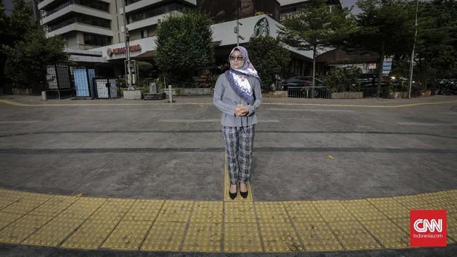 Dwi Siti Rhomdoni atau Dwiki mengalami patah tulang leher saat teror Bom Thamrin pada 14 Januari 2016. Dwiki kini aktif sebagai pengurus di jaringan yang mewadahi para korban teroris di Indonesia. (CNNIndonesia/Adhi Wicaksono)