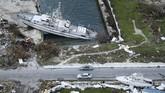 Kerusakan akibatBadai DoriandiPelabuhan Marsh, Great Abaco, Bahama. (Photo by Brendan Smialowski / AFP)