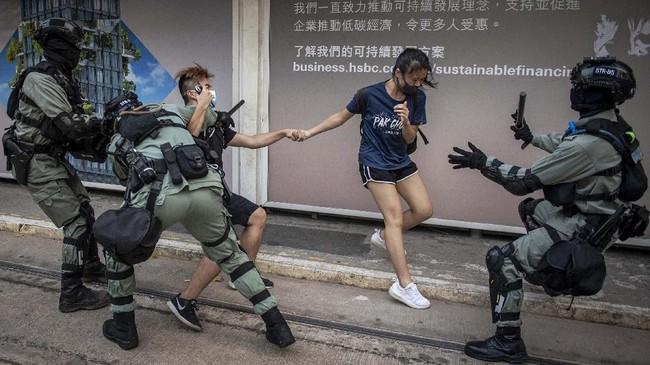 Bentrok polisi dan demonstran di Hong Kong. (Photo by NICOLAS ASFOURI / AFP)