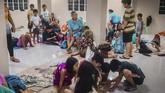 Sejumlah penerbangan dan pelayaran ditunda akibat topan tersebut. Hal itu membuat banyak calon penumpang gagal berangkat menuju kampung halaman mereka untuk merayakan Natal. (Photo by ALREN BERONIO / AFP)