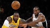 Duel dua klub Los Angeles ini juga jadi duel antara dua pemain bintang, LeBron James (kiri) dan Kawhi Leonard. (AP Photo/Ringo H.W. Chiu)