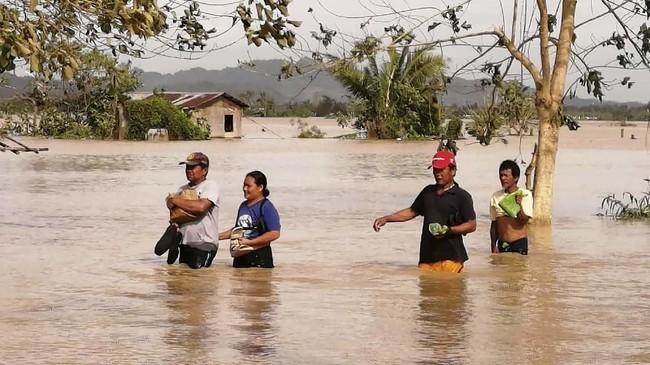 Topan Phanfone menerjang kawasan tengah Filipina sejak Selasa (24/12) lalu menjelang masa liburan Natal. (Photo by RONALD FRANK DEJON / AFP)
