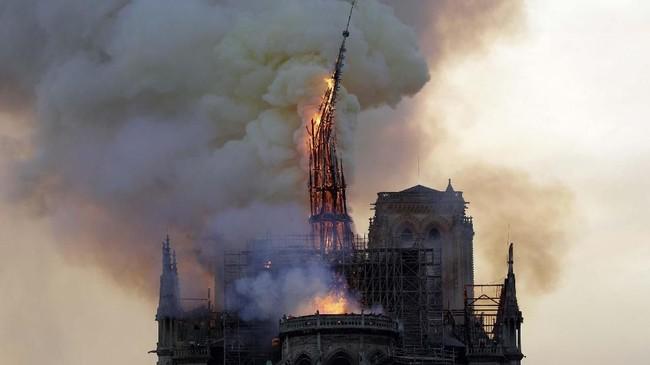Kebakaran KatedralNotre-Dame, Paris, Prancis, pada 15 April 2019. (Geoffroy VAN DER HASSELT/AFP)