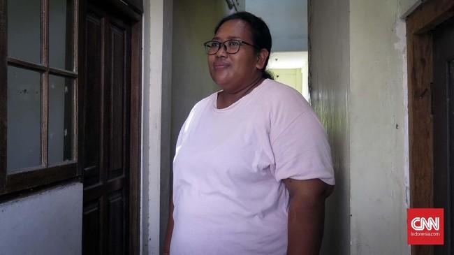 Korban Bom Bali II pada 2005 silam, Ni Kadek Ardani mengaku selalu trauma saat mendengarkan suara seperti ledakan. Pecahan logam terakhir dari ledakan bom baru diangkat dari tubuhnya dengan bantuan LPSK pada Agustus 2019. (CNN Indonesia/Ryan Hadi Suhendra)