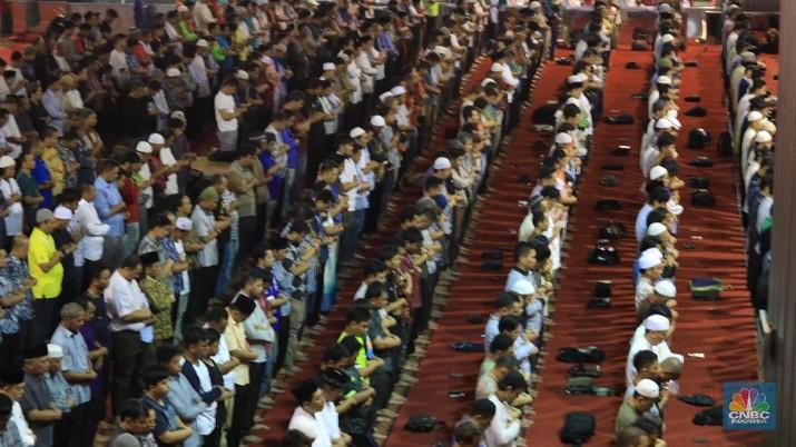 Suasana Sholat Gerhana Berjamaah di Mesjid Istiqlal (CNBC Indonesia/Tri Susilo)
