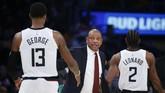 Pelatih LA Clippers, Doc Rivers memberikan instruksi pada Paul George dan Kawhi Leonard. (AP Photo/Ringo H.W. Chiu)