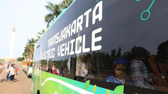 Bus Listrik Trans Jakarta di Monas (CNBC Indonesia/Andrean Kristianto)