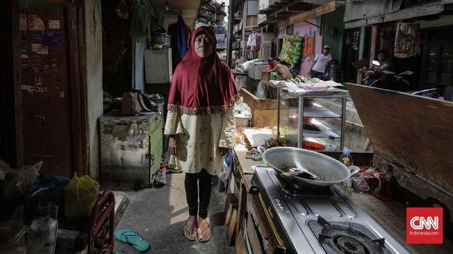 Wartini sedang hamil tua anak ketiga saat suaminya, Syahromi, satpam Kedubes Australia meninggal setelah berjuang menyembuhkan luka pascabom Kuningan, Jakarta, 9 September 2004. Sempat depresi, Wartini kini mengikhlaskan sambil membesarkan tiga buah hatinya. (CNNIndonesia/Adhi Wicaksono)