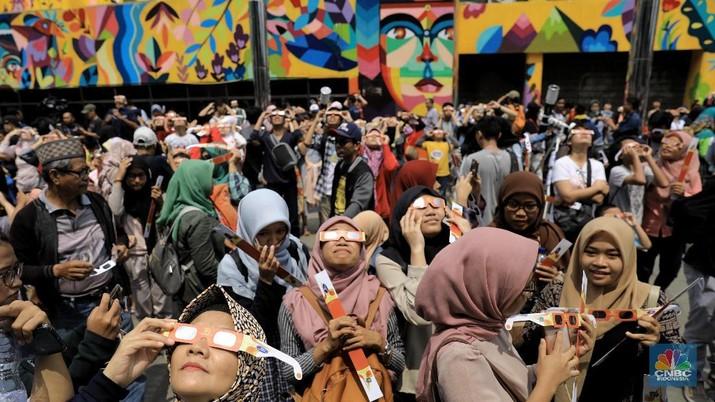 Serunya Warga Jakarta Saat Nikmati Gerhana Matahari Cincin