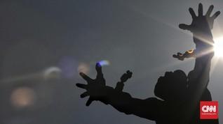 Antusiasme Pelancong Amati Gerhana Matahari di Jakarta