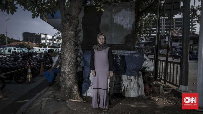 Jihan Thalib harus meninggalkan pendidikan tinggi dan kewajibannya sebagai tulang punggung keluarga akibat Bom Kampung Melayu, 24 Mei 2017. Ia akhirnya lekas bangkit demi keluarganya juga. (CNN Indonesia/Bisma Septalisma)
