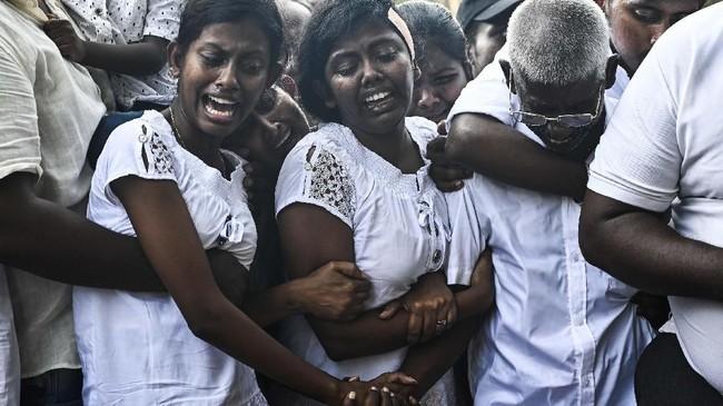 Pemakaman korban teror bom diColombo, Sri Lanka, pada 24 April 2019. (Photo by Jewel SAMAD / AFP)