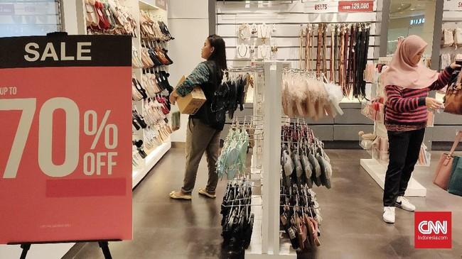 Salah satu toko di kawasan perbelanjaan di Thamrin, Jakarta Pusat, menawarkan diskon belanja akhir tahun hingga 70 persen.(CNNIndonesia/Safir Makki).