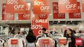 Gelaran diskon akhir tahun menawarkan potongan harga beragam hingga 80 persen demi menarik pengunjung. (CNNIndonesia/Safir Makki).